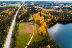 Hommel luchtfoto van meerbos en weg royalty-vrije stock afbeeldingen
