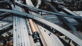 Hommel luchtmening van een grote kruising van de wegweg in Los Angeles, de V.S. met complex systeem van verbindingen en bruggen stock video