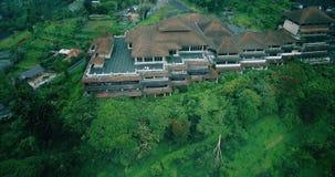 Hommel luchtmening van huwelijksceremonie bij luxehotel Bali stock video
