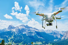 Hommel quadrocopter met digitale camera stock foto