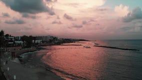Hommel van mooie oceaanzonsondergang met voetweg en palmen met zonweg die wordt geschoten stock video