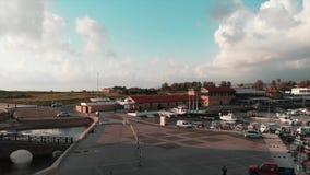 Hommel van mooie stadshaven bij zonnige dag wordt geschoten die Satellietbeeld van toeristenpromenade bij stadshaven stock video