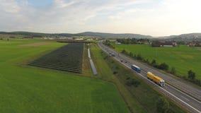 Hommelantenne van een weg op plattelandsgebieden Europa Duitsland stock videobeelden