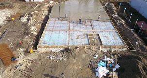 Hommelbeeld, luchtwiev van een bouwwerf tijdens gietend cement, royalty-vrije stock afbeelding