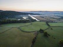 Hommelbeeld van een nevelig dageraad Engels landschap royalty-vrije stock foto