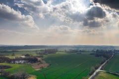 Hommelfoto van een groen meerlandschap in de lente royalty-vrije stock afbeelding
