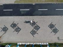 Hommelfoto van een mens die op de Barra da Tijuca-promenade, Rio de Janeiro, Brazilië lopen Stock Afbeeldingen