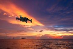 Hommelhelikopter die met digitale camera vliegen Hommel met hoge resolutie digitale camera De vliegende camera neemt een foto en  stock foto