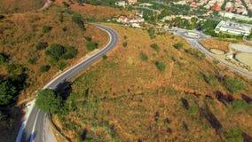 Hommellengte van bergwegen met auto's stock videobeelden
