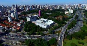 Hommellengte van een weg met heel wat verkeer in een grote stad, 23 Mei-Weg, Sao Paulo, Brazilië stock footage