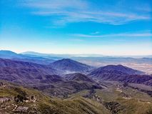 Hommelmening van boven de Rand van de Wereld die over het Eind van San Bernardino Mountains Towards The Eastern van San Gabriel k royalty-vrije stock foto's
