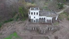 Hommelmening van de verlaten bouw, Sotchi, Rusland stock videobeelden
