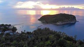 Hommelmening van een verbazend landschap in een landelijke kust tijdens zonsondergang Koh Phangan 1920x1080 stock videobeelden