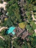 Hommelmening van een vila met pool stock foto