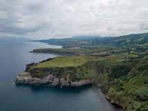 Hommelmening van het verbazende landschap van de Azoren Theelandbouwbedrijf op de groene gebieden op de het noordenkust van het e stock foto's