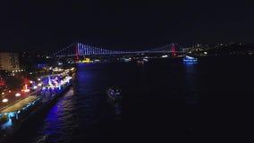 Hommelmening van Istanboel Bosphorus bij nacht stock video