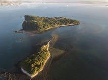 Hommelmening van 2 kleine eilandendekking met bomen royalty-vrije stock afbeeldingen