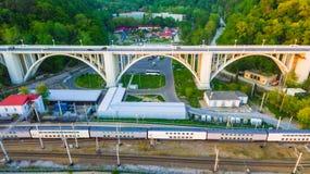 Hommelmening van Matsesta-viaduct, Sotchi, Rusland Royalty-vrije Stock Foto's
