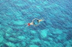 Hommelmening van paar die in blauw zeewater snorkelen Stock Foto