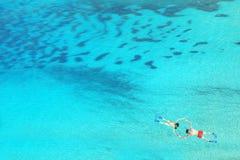 Hommelmening van paar die in duidelijk blauw zeewater snorkelen Royalty-vrije Stock Fotografie