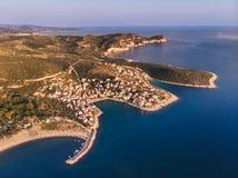 Hommelmening van Thasos-Eiland, Griekenland Skala Marion en het Strand en de haven van Platanes in zuidelijke Thasos, in het Egeï royalty-vrije stock foto