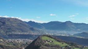 Hommelsatellietbeeld aan de vallei van Seriana en Gandino- Landschap van het dorp van Orezzo, Italië stock footage