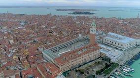 Hommelsatellietbeeld over Veneti?, Itali? Het plein van San Marco stock videobeelden