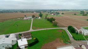Hommelsatellietbeeld van Amish-Landbouwgronden en Amish-Zondagvergadering stock video