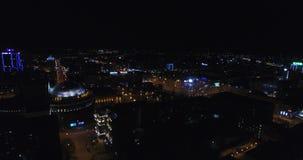 Hommelschoten van stad bij nacht stock footage