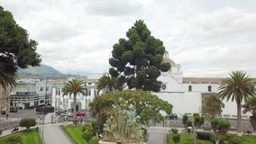 Hommelvlieg over hoofd vierkante Santo Domingo-kerk en Latacunga Ecuador stock videobeelden