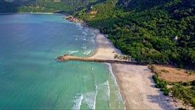 Hommelvliegen langs Azure Sea om Strand door Groene Heuvels te schuren stock videobeelden