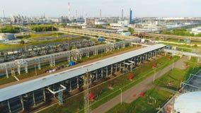 Hommelvliegen neer aan Platform met Pijpleidingen door Spoorweg stock video
