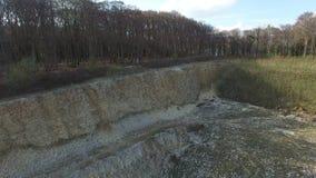 Hommelvlucht in een steengroeve in Slechte Iburg, Duitsland stock footage