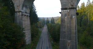 Hommelvlucht onder spoorwegviaduct stock footage