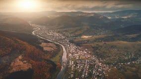 Hommelvlucht over de herfstdorp in bergcanion stock video