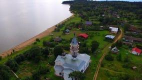 Hommelvlucht over de kerk in het dorp stock videobeelden