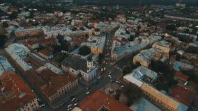 Hommelvlucht over de roestige daken van de oude stad Chernivtsi de Oekraïne stock footage