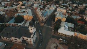 Hommelvlucht over de roestige daken van de oude stad Chernivtsi de Oekraïne stock videobeelden