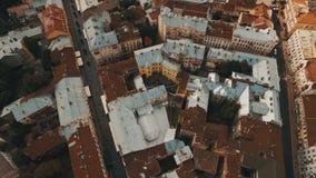 Hommelvlucht over de roestige daken van de oude stad Chernivtsi de Oekraïne stock video
