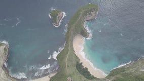 Hommelvlucht over de schitterende Koning Beach van Nusa Penida Keling met Hoofdberg t-Rex stock footage