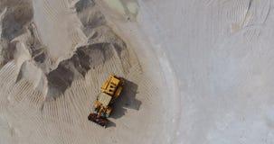 Hommelvlucht over het grondgebied van een concrete installatie stock videobeelden