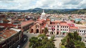 Hommelvlucht over het park en kerk Cuenca Ecuador van San Blas stock videobeelden