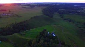 Hommelvlucht over mooi landschap en oude hillfort stock footage