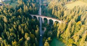 Hommelvlucht over spoorwegviaduct stock footage