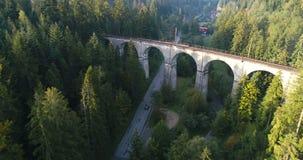 Hommelvlucht over spoorwegviaduct stock videobeelden