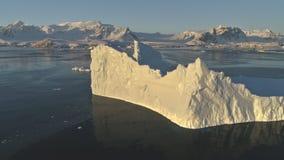 Hommelvlucht over zonovergoten ijsberg antarctica stock video