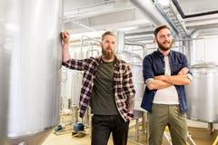 Hommes à la brasserie de métier ou à l'usine de bière Photographie stock