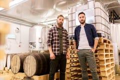 Hommes à la brasserie de métier ou à l'usine de bière Images stock