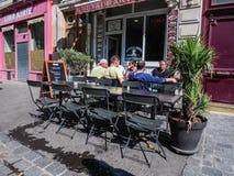 Hommes à la table extérieure au café de Paris Photo libre de droits