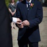 Hommes échangeant des anneaux de mariage Photographie stock libre de droits